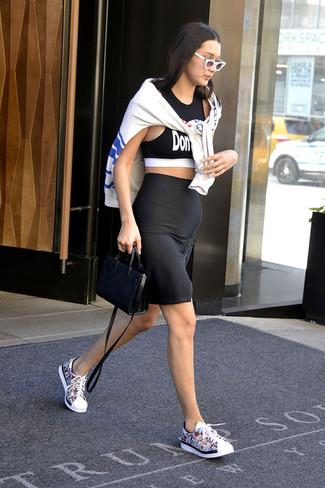Comment porter: sweat-shirt imprimé blanc, top court imprimé noir et blanc, jupe crayon noire, baskets basses en cuir multicolores