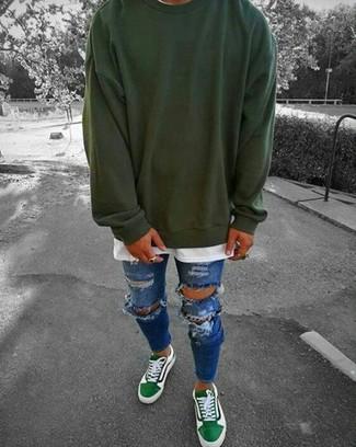 Comment porter: sweat-shirt vert foncé, t-shirt à col rond blanc, jean skinny déchiré bleu, baskets basses vertes
