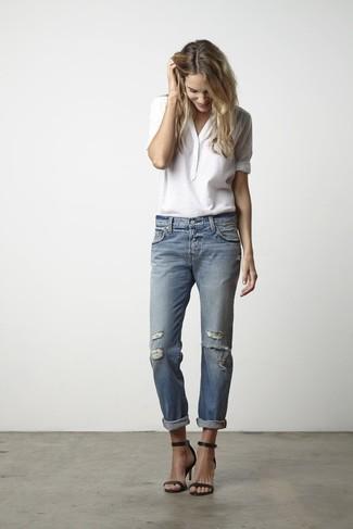 Comment porter un t-shirt à col boutonné avec un jean boyfriend: Harmonise un t-shirt à col boutonné avec un jean boyfriend pour une tenue relax mais stylée. Complète ce look avec une paire de des sandales à talons en cuir noires.