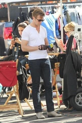 Comment porter: t-shirt à col boutonné blanc, jean noir, bottes de loisirs en cuir grises, gants en cuir marron