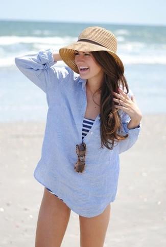 Comment porter: t-shirt à col boutonné à rayures verticales bleu clair, maillot de bain une pièce à rayures horizontales blanc et bleu marine, chapeau de paille marron clair, lunettes de soleil imprimées léopard marron