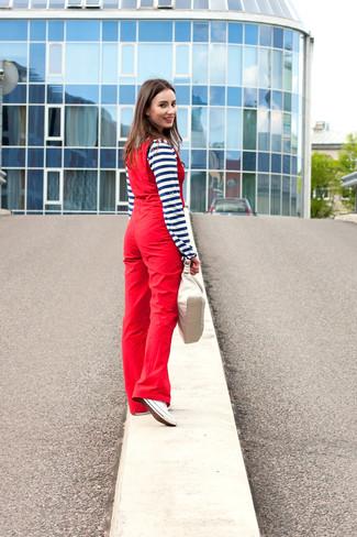 Comment porter: t-shirt à col boutonné à rayures horizontales bleu marine et blanc, salopette rouge, baskets basses en toile blanches, sac à main en cuir beige