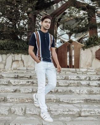 Comment s'habiller pour un style relax: Marie un t-shirt à col boutonné bleu marine avec un jean skinny déchiré blanc pour une tenue idéale le week-end. D'une humeur créatrice? Assortis ta tenue avec une paire de des baskets basses en toile blanc et bleu marine.