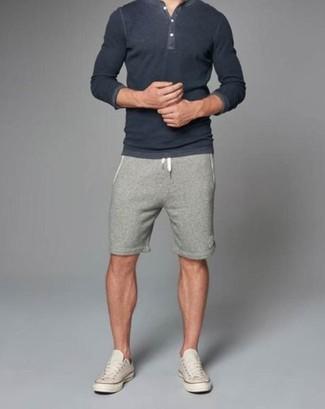 Comment porter: t-shirt à col boutonné gris foncé, short gris, baskets basses beiges