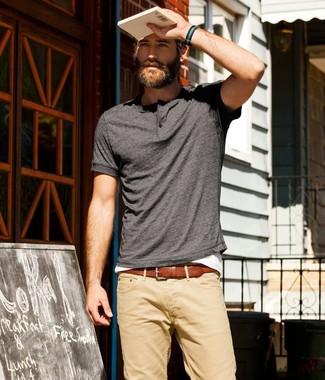 Pense à opter pour un t-shirt à col boutonné gris foncé et un pantalon chino brun clair pour une tenue idéale le week-end.