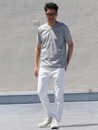 Comment porter un t-shirt à col boutonné gris: Pour créer une tenue idéale pour un déjeuner entre amis le week-end, pense à harmoniser un t-shirt à col boutonné gris avec un jean blanc. Une paire de baskets basses en toile beiges s'intégrera de manière fluide à une grande variété de tenues.