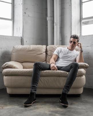 Comment porter: t-shirt à col boutonné blanc, jean skinny gris foncé, bottines chelsea en daim noires, lunettes de soleil marron foncé