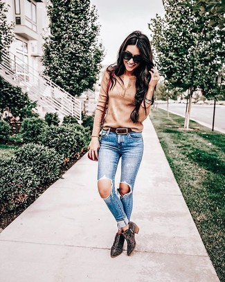 Associe un t-shirt à col boutonné marron clair avec un jean skinny déchiré bleu pour un look idéal le week-end. D'une humeur créatrice? Assortis ta tenue avec une paire de des bottines en daim à clous brunes foncées.