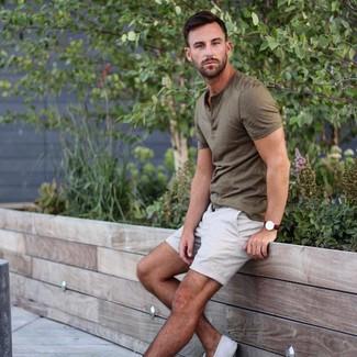 Comment porter: t-shirt à col boutonné olive, short blanc, baskets basses en toile blanches, montre en cuir marron foncé
