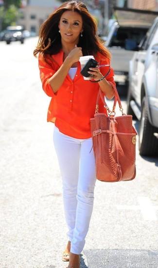 Comment porter: t-shirt à col boutonné orange, débardeur blanc, jean skinny blanc, sac fourre-tout en cuir orange