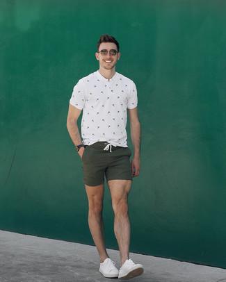 Comment porter: t-shirt à col boutonné imprimé blanc, short olive, baskets basses en cuir blanches, lunettes de soleil marron