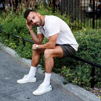 Comment porter: t-shirt à col boutonné blanc, short noir, baskets basses en cuir blanches, montre en cuir grise