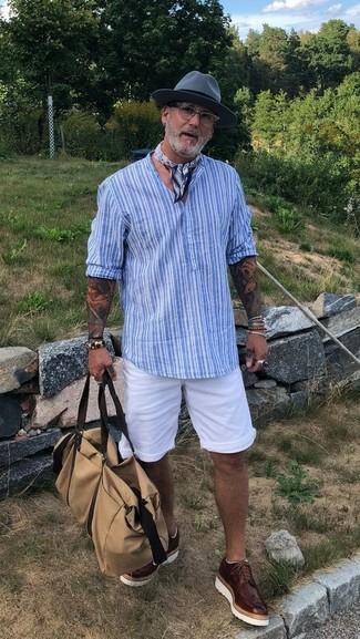 Comment porter: t-shirt à col boutonné à rayures verticales bleu clair, short blanc, chaussures brogues en cuir marron foncé, fourre-tout en toile beige