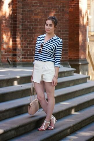 Comment porter un short blanc: Choisis un t-shirt à col boutonné à rayures horizontales blanc et bleu marine et un short blanc pour achever un look chic. Décoince cette tenue avec une paire de des sandales plates en cuir blanches.