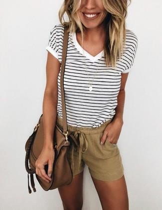 Comment porter: t-shirt à col en v à rayures horizontales blanc et noir, short marron, sac bandoulière en cuir marron, pendentif doré