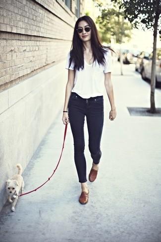 Comment porter: t-shirt à col en v blanc, jean skinny noir, slippers en cuir marron, lunettes de soleil marron foncé