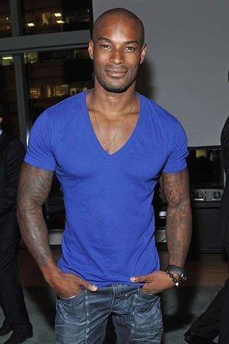Comment porter: t-shirt à col en v bleu, jean skinny bleu marine, montre gris foncé
