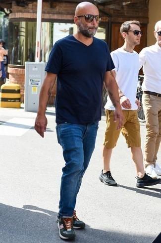 Comment porter des baskets: Choisis un t-shirt à col en v bleu marine et un jean bleu pour un déjeuner le dimanche entre amis. Si tu veux éviter un look trop formel, opte pour une paire de des baskets.