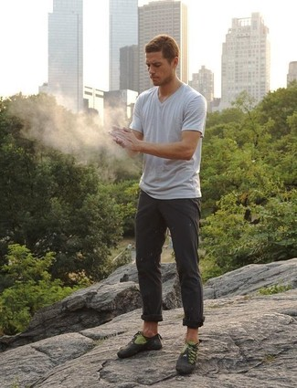 Comment porter: t-shirt à col en v gris, pantalon chino gris foncé, chaussures de sport gris foncé