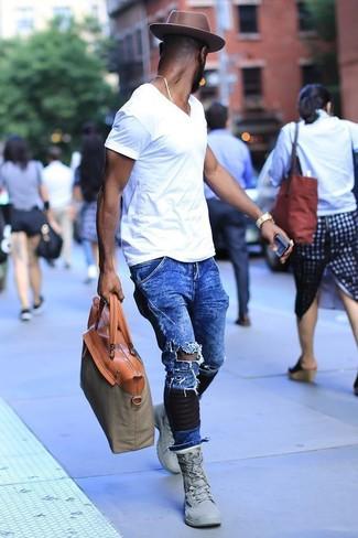 Comment porter: t-shirt à col en v blanc, jean déchiré bleu, baskets montantes grises, sac fourre-tout en toile olive