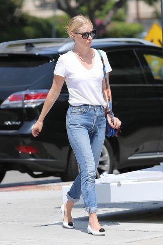 Comment porter: t-shirt à col en v blanc, jean boyfriend bleu, escarpins en cuir blancs et noirs, sac bandoulière en cuir à fleurs bleu