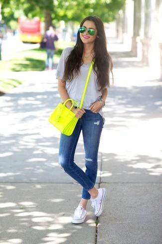 Comment porter des lunettes de soleil vertes pour un style relax: Essaie d'associer un t-shirt à col en v gris avec des lunettes de soleil vertes pour une tenue idéale le week-end. D'une humeur créatrice? Assortis ta tenue avec une paire de des baskets basses en toile blanches.