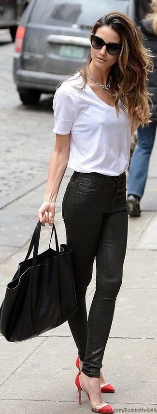 Comment porter: t-shirt à col en v blanc, jean skinny en cuir noir, escarpins en daim rouges, sac fourre-tout en cuir noir