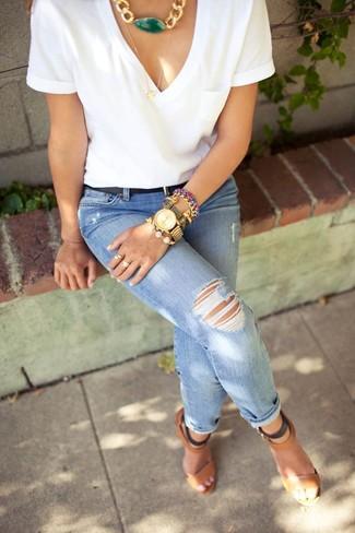 Comment porter: t-shirt à col en v blanc, jean skinny déchiré bleu, sandales à talons en cuir marron, ceinture en cuir noire