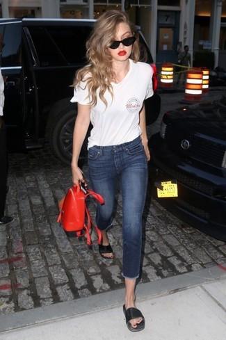 Comment porter: t-shirt à col en v imprimé blanc, jean skinny bleu marine, sandales plates en cuir noires, sac à dos en cuir rouge