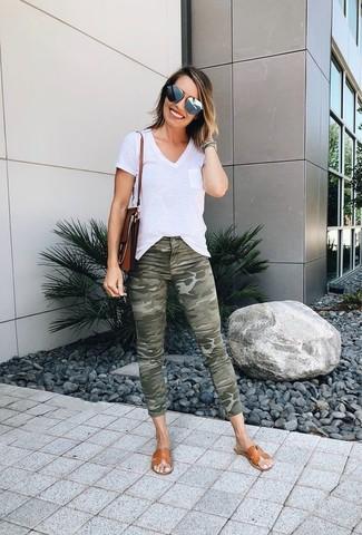 Comment porter: t-shirt à col en v blanc, jean skinny camouflage olive, sandales plates en cuir marron clair, cartable en cuir marron