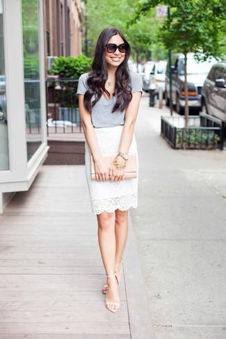 Comment porter: t-shirt à col en v gris, jupe crayon en dentelle blanche, sandales à talons en cuir beiges, pochette en cuir beige