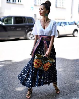 Comment porter: t-shirt à col en v blanc, jupe longue á pois bleu marine et blanc, sandales à talons en daim olive, sac fourre-tout de paille multicolore