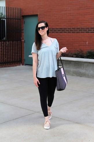 Comment porter: t-shirt à col en v gris, leggings noirs, baskets à enfiler roses, sac fourre-tout en cuir imprimé bleu marine