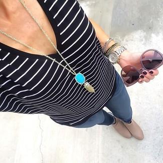 Comment porter: t-shirt à col en v à rayures horizontales noir et blanc, jean skinny gris foncé, bottines en cuir beiges, pendentif turquoise