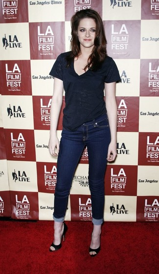 Harmonise un t-shirt à col en v noir avec un jean skinny bleu marine pour créer un style chic et glamour. D'une humeur créatrice? Assortis ta tenue avec une paire de des escarpins en daim noirs.