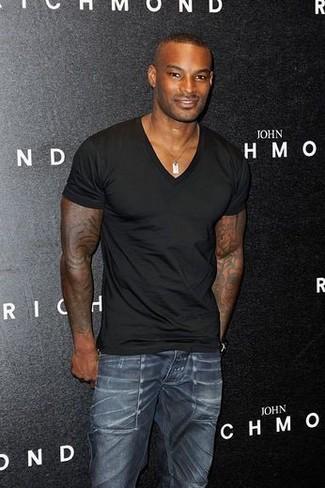 Comment porter: t-shirt à col en v noir, jean skinny bleu marine