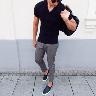 Comment porter: t-shirt à col en v noir, pantalon chino en laine gris, baskets à enfiler en cuir noires, lunettes de soleil noires