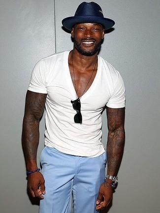 Comment porter: t-shirt à col en v blanc, pantalon de costume bleu clair, chapeau de paille bleu marine, lunettes de soleil noires
