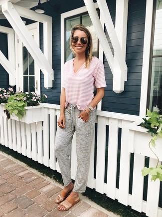 Pense à associer un t-shirt à col en v à rayures horizontales rose avec un pantalon de jogging gris Tommy Hilfiger pour une impression décontractée. Cette tenue est parfait avec une paire de des sandales plates en cuir marron clair.