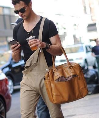 Comment porter: t-shirt à col en v noir, salopette en denim marron clair, sac fourre-tout en cuir marron, lunettes de soleil noires