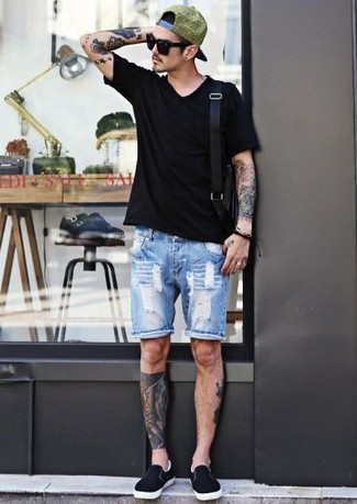Comment porter: t-shirt à col en v noir, short en denim bleu clair, baskets à enfiler noires, besace en cuir noire