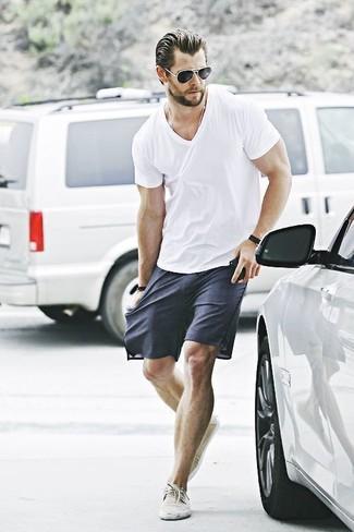 Comment porter: t-shirt à col en v blanc, short bleu marine, baskets basses en toile beiges, lunettes de soleil noires