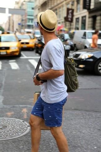 Comment porter: t-shirt à col en v gris, short imprimé bleu, sac fourre-tout en toile olive, chapeau de paille marron clair