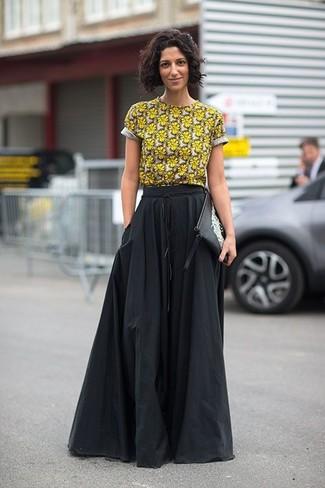 Comment porter: t-shirt à col rond à fleurs jaune, jupe longue plissée noire, pochette en cuir imprimée noire et blanche