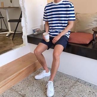Comment porter: t-shirt à col rond à rayures horizontales blanc et bleu marine, short noir, baskets basses en cuir blanches