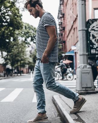 Comment porter: t-shirt à col rond à rayures horizontales blanc et noir, jean bleu clair, bottines chukka en daim grises