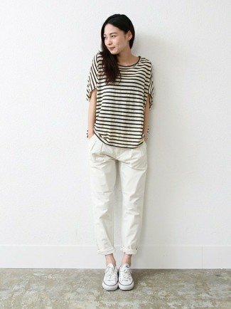 Comment porter: t-shirt à col rond à rayures horizontales blanc et noir, pantalon chino blanc, baskets basses en toile blanches