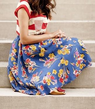 Comment porter: t-shirt à col rond à rayures horizontales blanc et rouge, jupe évasée à fleurs bleue, escarpins en cuir découpés dorés
