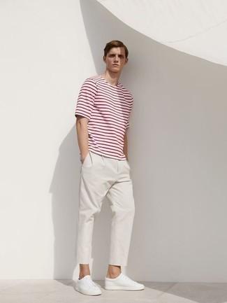 Comment s'habiller quand il fait très chaud: Opte pour un t-shirt à col rond à rayures horizontales blanc et rouge avec un pantalon chino blanc pour un look de tous les jours facile à porter. Cette tenue est parfait avec une paire de des baskets basses en cuir blanches.