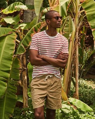 Comment porter: t-shirt à col rond à rayures horizontales blanc et rouge, short marron clair, lunettes de soleil marron foncé